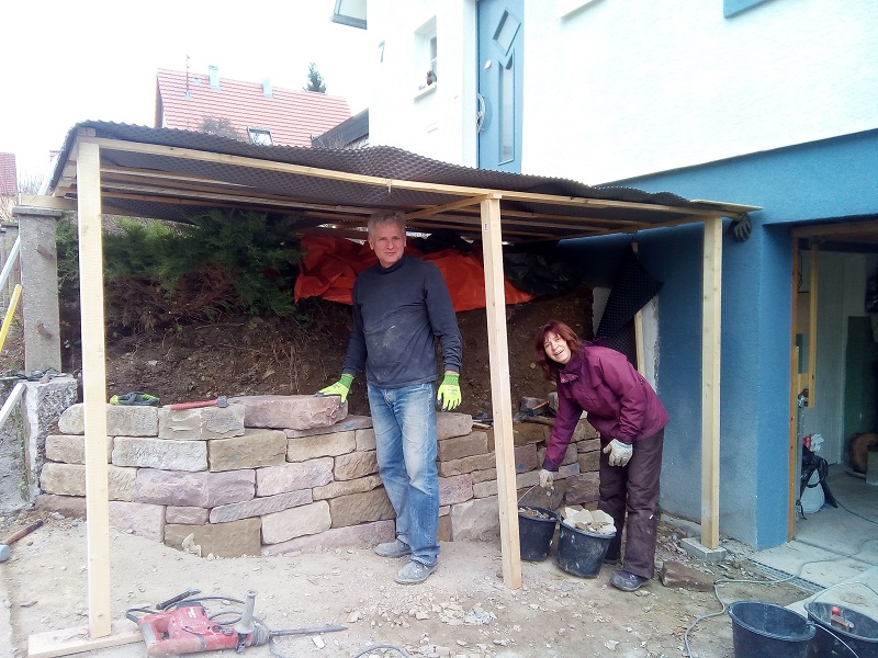 Babs und Wolfgang beim Bauen ihrer Trockenmauer