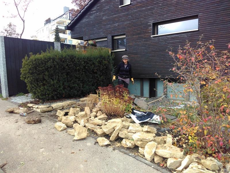 Trockenmauer aus Jurabruchsteinplatten