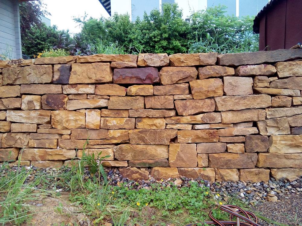 Trockenmauer aus Angulatensandstein