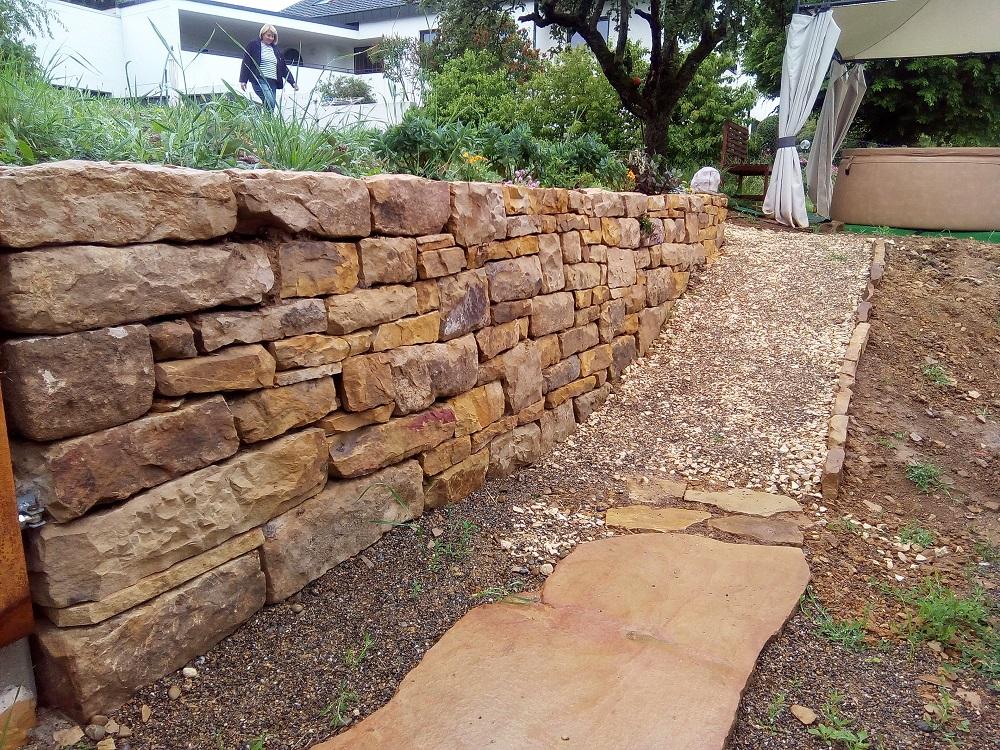 Trockenmauer aus Rhätsandstein