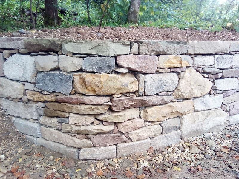 Natursteinmauer mit Hinterbetonierung