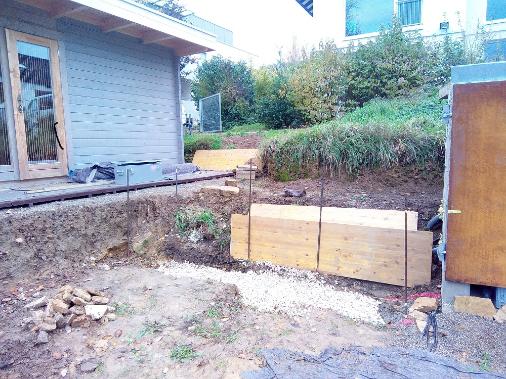 Abstecken und Fundament für die Trockenmauer herstellen