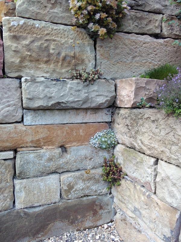 Verschiedene Sandsteinarten werden zusammen gefügt